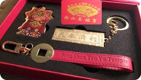 尤女士準備慈祐宮建宮260週年紀念悠遊卡組送給新加坡的媽祖信徒。(照片由尤女士提供)